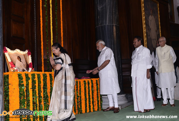 Narendra Modi, Lok Sabha Speaker Smt. Sumitra Mahajan and other dignitaries paying floral tributes at the portrait of Mahatma Gandhi